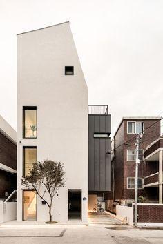 """[BY 월간 전원속의 내집] """"우리나라 협소주택이 맞아?"""" 싶을 정도로 이국적인 외관 자랑하는 이집, 궁금 - #architecture"""