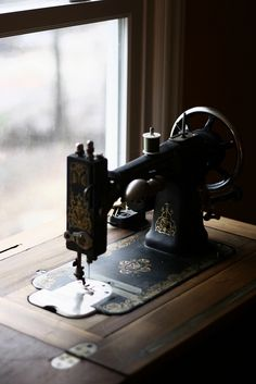beautiful photo of a vintage treasure. my mother had similar style Singer machine, but bought a new machine to make my   wedding dress. She ended up taking the new one back, and finished my dress with the old Singer. :-)