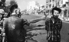 Edward Adams Un crime de guerre : l'exécution du Viêt-Cong, Nguyen Van Lem, le 1er février 1968 par le général Nguyen Ngoc Loan, chef de la police sud-vietnamienne, en pleine rue, dans Saigon.