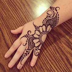 Mehndi design makes hand beautiful and fabulous. Here, you will see awesome and Simple Mehndi Designs For Hands. Henna Tattoo Hand, Hand Mehndi, Arabic Mehndi, Easy Henna Tattoos, Henna Diy, Eid Henna, Cute Hand Tattoos, Henna Mandala, Art Tattoos