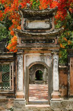 A door at Hoa Lu, Ninh Binh Province, Vietnam . Laos, Vietnam Voyage, Vietnam Travel, Travel Pictures, Cool Pictures, Cool Photos, Hoi An, Color Fantasia, Asian Architecture