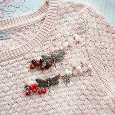 Заскучали руки по сборке брошечек, не выдержала! В ночи родились эти красотки-булавочки с натуральными камнями. Здесь и розовый кварц, и яшма и агат, и красный коралл. Небольшие и аккуратные, они идеально дополнят джемпер, снуд, шапочку или пальто. . ~600 р.~ . .