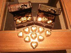 *boxes with hearts filled chocolates with caramel  *Cofres de madera con bombones en forma de corazones rellenos de dulce de leche.