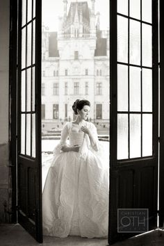 une photo de mariage voquant lentre dans la vie de couple ou comment bien - Chateau D Artigny Mariage