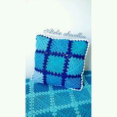 Almofada em croche squares de tons azul 💙🌊☁🍬 Atelie produz no medelo diversas cores. www.abavellar.blogspot.com