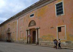Al sur de la Plaza Vieja, en la Calle Cuba, se encuentra el convento de Santa Clara, el más antiguo y grande de La Habana. Fue construido en el año 1635, aunque no tiene uso religioso desde 1923. Durante algunos años acogió el Ministerio de Obras Públicas.