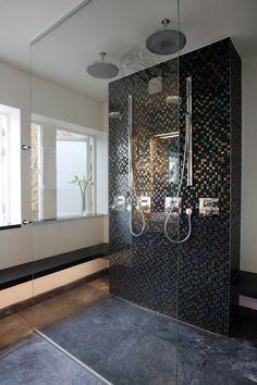 Luxe dubbele inloopdouche. De inloopdouche in deze badkamer is compleet dubbel uitgevoerd. De kranen zijn ingebouwd in de mozaïek muur waardoor er een luxe sfeer ontstaat. Op de vloer liggen natuurstenen tegels die zijn voorzien van vloerverwarming. MD Design