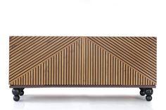 Buffet Aladín Folha de madeira natural e pés torneados com acabamento em laca. Portas ripadas de correr com sistema coplanar. LXAXP 180x80x48