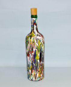 Garrafa reciclada, decorativa ou utilizável, com pintura mesclada, acompanha tampa em madeira com rolha.