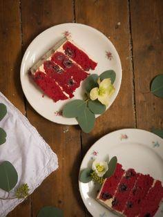 Red velvet layer cake.. Rotes Törtchen mit Zimt und Kirschen