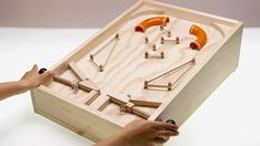 Como hacer un Fliper / How to make a DIY Pinball Woodworking Toys, Woodworking Projects, Fun Projects, Wood Projects, Wood Crafts, Diy And Crafts, Wood Games, Bois Diy, Diy Games