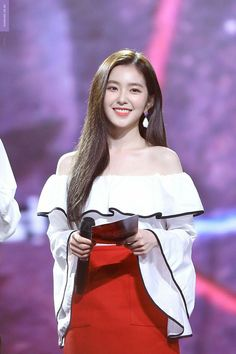 Irene looked positively stunning at music bank in this flowing sexy off the shoulder top and darling red skirt. She looks like an absolute princess. Her collar bones are total So hot, we could look all day. Seulgi, Red Velvet アイリーン, Red Velvet Irene, Kpop Girl Groups, Kpop Girls, Korean Girl, Asian Girl, Oppa Gangnam Style, Park Sooyoung