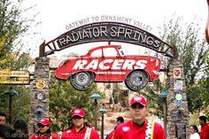Sé Parte de una Carrera de Autos en Cars Land! - #Disneylandia al Día™ Disney California Adventure, Radiator Springs, Cars Land, Disneyland, Racing, Parts Of The Mass, Parks, Autos