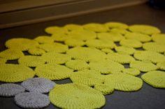 hæklet-tæppe-lav-dit-eget-tæppe-hækel-flair-blog-diy-DIY-guide-gul-grå-runde