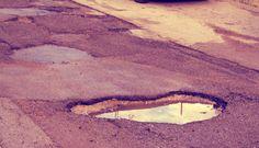 buche-strada-roma-tuttacroanaca http://tuttacronaca.wordpress.com/2014/02/04/piovonobuche-sui-social-le-voragini-della-capitale/