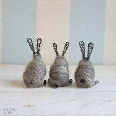 na+dvorečku.+králík+stříbrňák+Králíček+se+stříbrným+kožichem.+Přesně+takové+jsme+měli+kdysi+doma,+jako+mláďátka+byli+černí,+pak+nám+zestříbrněli.+Volnou+rukou+drátovaní+králíciz+černého+drátu,+kožíšek+z+šedé+vlny+jesenických+oveček+valašek,+zaplstěno+pevně,+ale+ne+tvrdě.+Vlna+valašek+je+hrubá,+při+suchém+plstění+je+možné+pracovat+jen+s...