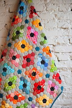 THIS IS IT!   This is what my hexie quilt needs to look like!     B.E.A.U.T.I.F.U.L!  from: www.Lieblingsdecke.blogspot.com   April 6, 2014