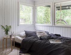 Kuvakaappaus: (2) Moderni ja skandinaavinen sisustus Scandinavian Home, Home Living Room, Cabin, Interior Design, House, Cottage Bedrooms, Furniture, Bed Room, Home Decor