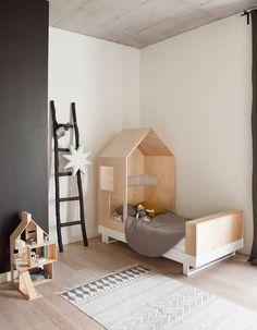 Un lit cabane en bois brut