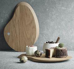 Bloom 橡木砧板以詮釋自然有機曲線聞名的丹麥設計師 Helle Damkjaer,沿續飄落的日本櫻花之美為靈感,以實木雕塑出花瓣砧板的樣貌,而木紋本身才是最天然的裝飾,為烹調捎來一份天然的視覺享受。 除了形體的講究外,做工上也細緻不馬虎。砧板於製作時添加了天然礦物油,可避免原木在經常性的濕度及溫度改變下而龜裂;Bloom 橡木切板的美麗弧線,讓料理成為每日的美學實踐,對喜愛下廚的您來說,是最重要的心靈環節。 兩面均可使用的 Bloom 橡木砧板,一面可以用來切割牛排,另一面則用來將麵包切片,生熟食分開使用更衛生,擁有這塊砧板的每噸佳餚都添加了北歐的異國風味。 北歐櫥窗推薦,設計師Helle Damkjaer的更多作品: