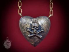Fashion victorian chain necklace ​​entirely hand made using aged brass and epoxy resin . The Puffy heart was made in epoxy resin  Heart Size: 1,57 X 1,57 X 1 Chain lenght: 2 feet   Click here for the other Goth Chic WOMAN accessories:  https://www.etsy.com/shop/GothChicAccessories?section_id=13048192