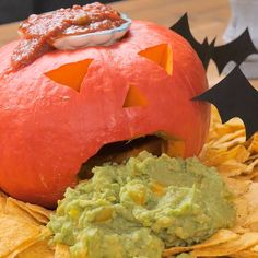 Are you looking for inspiration for your Halloween make-up? Navigate here for unique Halloween makeup looks. Puking Pumpkin, Scary Pumpkin, Pumpkin Carving, Halloween Dinner, Halloween Make Up, Halloween Pumpkins, Pretty Halloween, Homemade Guacamole, Guacamole Recipe
