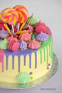 Kaksostyttöjen 1-vuotissyntymäpäiville toivottiin pirteän väristä kakkua. Vaalean kakkupohjan väleissä mansikka-punaherukka- ja sitruuna...