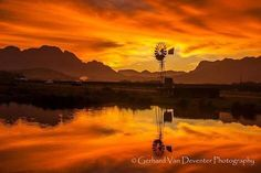 Windpomp with Stellenbosh mountains as back drop Country Life, Country Roads, Old Windmills, Old Barns, Wonders Of The World, Mother Nature, Cool Photos, Northern Lights, Backdrops