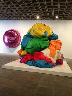 Jeff Koons Artist Retrospective Exhibition Celebration Series Pink Balloon Play-Doh Sculpture Whitney Museum Of American Art New York Neo Pop, Harvey Milk, Andy Warhol, Jeff Koons Art, Postmodern Art, Modern Art Sculpture, Sculpture Projects, Installation Art, Contemporary Artists