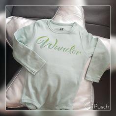 Babybody gestaltet mit einer Schablone und zwei Farben Glanzcreme Textil im Farbverlauf. Sweatshirts, Sweaters, Fashion, Stenciled Table, Projects, Colors, Moda, Fashion Styles, Pullover