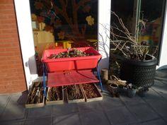 Hoek buiten bij het thema stokken, takken, herfst. Reggio Emilia, Outdoor Play, Planter Pots, Sport, School, Nature, Shadows, Outdoor Games, Deporte