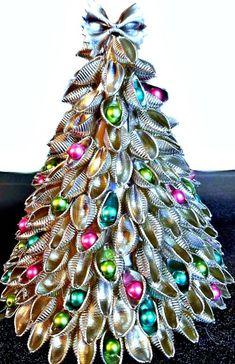 Homemade Christmas Tree, Easy Christmas Ornaments, Christmas Ornament Crafts, Simple Christmas, Holiday Crafts, Christmas Trees, Macaroni Crafts, Pasta Crafts, Advent Calendar Diy