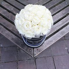 Pure white for pure pleasure  #floratheory#flowerbox#bouquet#whiteroses#luxury