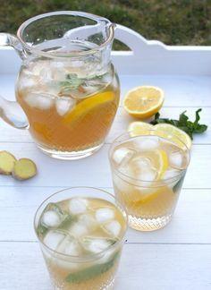 Dominique's kitchen: Ijsthee met gember en citroen - Ice tea with ginge. Smoothies, Smoothie Drinks, Fruit Infused Water, Fruit Water, Healthy Drinks, Healthy Snacks, Healthy Recipes, Refreshing Drinks, Summer Drinks