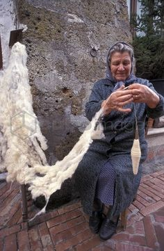 Spinning the wool, Sovana, Tuscany, Italy. The amazingly fine thread is spun from completely raw wool - not even carded or combed! Spinning Wool, Hand Spinning, Spinning Wheels, Spin Me Right Round, Wooly Bully, Art Du Fil, Drop Spindle, Knit Art, Textiles