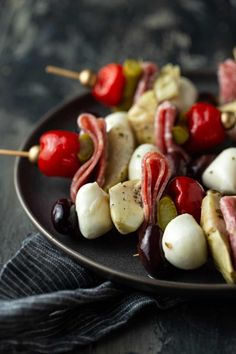 These Antipasto Skewers are super easy to make in whatever quantity desired. Make a few for a small happy hour or a large batch for a party! Make Ahead Appetizers, Hot Appetizers, Quick And Easy Appetizers, Easy Appetizer Recipes, Antipasto Skewers, Lemon Recipes, Deco Table, Appetisers, Side Dishes