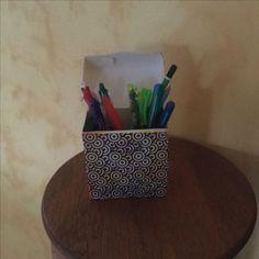 Pot à crayons avec une boîte à thé.                       Matériel utilisé : boîte à thé , papier décoré  , colle