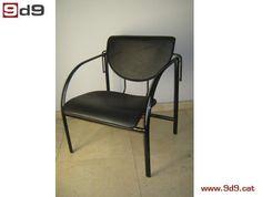 Sillón oficina de segunda mano, de estructura métalica negra con asiento y respaldo en piel sintética.  PVP: 120€.
