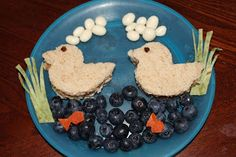 Ducks  Cinnamon raisin peanut butter and jelly sandwiches with raisin eyes, blueberry water, dried apricot fish, spinach tortilla plants, and yogurt raisin clouds. @ Playing with Food!