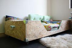 fabriquer lit enfant en bois roulettes