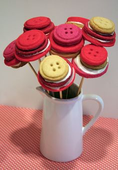 Button Cookie Bouquet {Valentines Day Treats} These cute pink, white, and red cookie bouquets are a fun treat to make for Valentine's Day. Valentine Cookies, Valentines Day Treats, Easter Cookies, Valentine Crafts, Birthday Cookies, Valentine Ideas, Christmas Cookies, Button Cookies, Cute Cookies