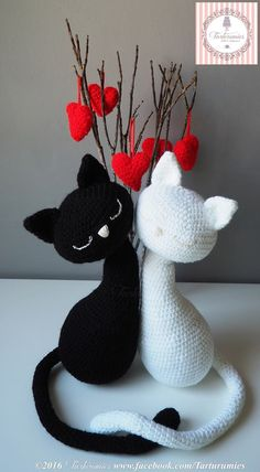 Patrón completo en español, de estos lindos y maravillosa pareja de gatitos, tejidos en amigurumi. Ideal para regalar el día de los enamorados o San Valentín.