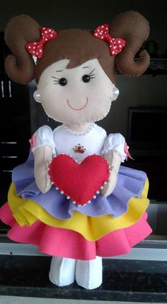 Boneca chuva de amor em feltro com molde Fabric Dolls, Paper Dolls, Felt Crafts, Diy And Crafts, Felt Dolls, Baby Disney, Cute Dolls, Sewing Tutorials, Embroidery Stitches