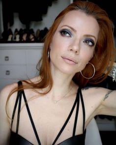 Julia Petit maquiagem azul e marrom com produtos vendidos na Dafiti.