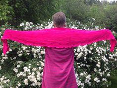 Hyvää äitienpäivää äitille!    Pinkki lanka auringossa säteilee.  Äiti huivia neuloo vaik on toukokuu.  Ei enää paljon kesän riemuun,  ilmaan lämpimään,  lomaan lähes ikuiseen  ja mansikan makuun.    Paavo 10v. 2014