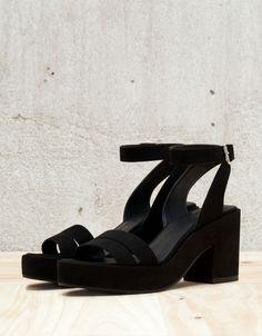Sandaal met lage hak BSK, bandje. Ontdek dit en nog véel meer kledingstukken in Bershka met elke week nieuwe producten.
