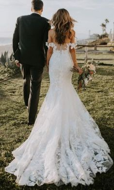 Save 38% on Used Monique Lhuillier Willow floral wedding dress with romantic off-the-shoulder sleeves. Feel like the most beautiful bride on your special day with our pre-loved designer wedding gowns!    #UsedDesignerWeddingDresses #MoniqueLhuillierBridal #PreLovedWeddingDresses #SaveMoneyWeddingDress