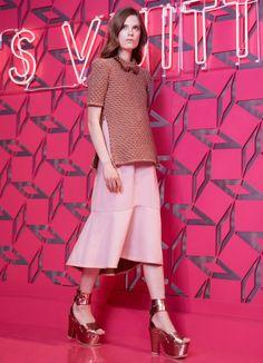 Gonna rosa ampia di Louis Vuitton, che arriva sotto il ginocchio, con maglia a mezze maniche in abbinamento. Louis Vuitton collezione Resort 2013