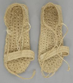 Fancy version of the iconic Jesus slippers Schuster, Hippie Style, My Style, Old Shoes, Textiles, Crochet Slippers, Shoe Closet, Cute Fashion, Me Too Shoes