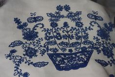 Bordeuax, blue and beige are the min colors of Guimarães folk embroideries.